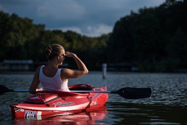 dívka ve člunu
