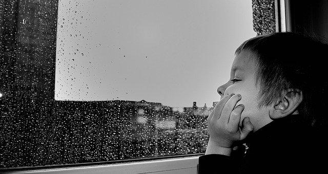 znuděný chlapec u okna