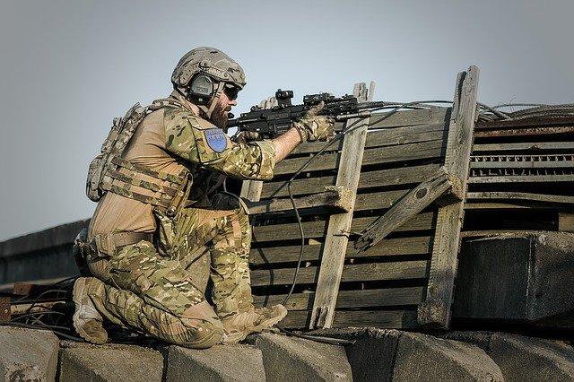voják se zbraní