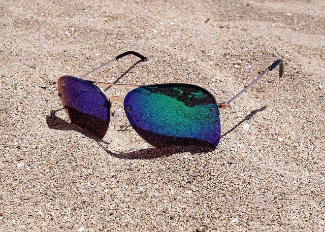 sluneční brýle a písek