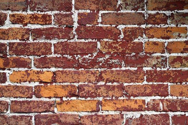 zničená cihlová zeď