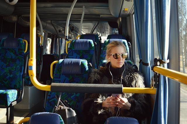 slečna v autobuse