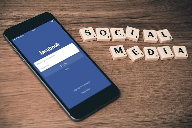 sociální média u facebooku v smartphone
