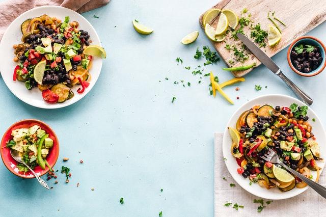 Saláty připravené na několika talířích