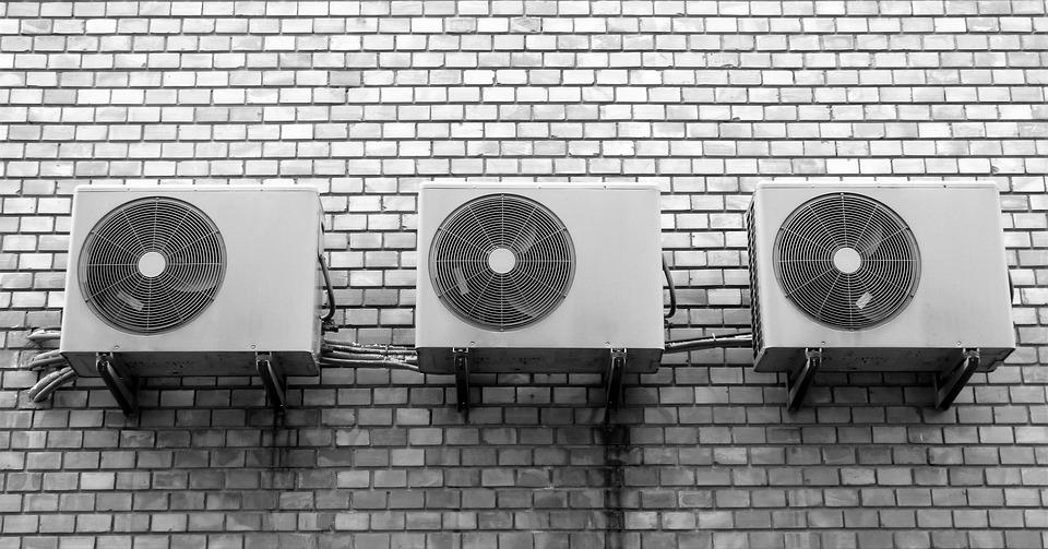 klimatizace na stěně