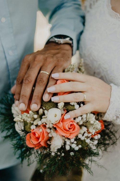 ruce svatební kytic