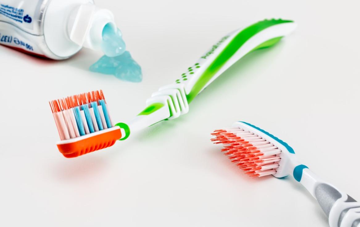 zubní pasta a kartáčky